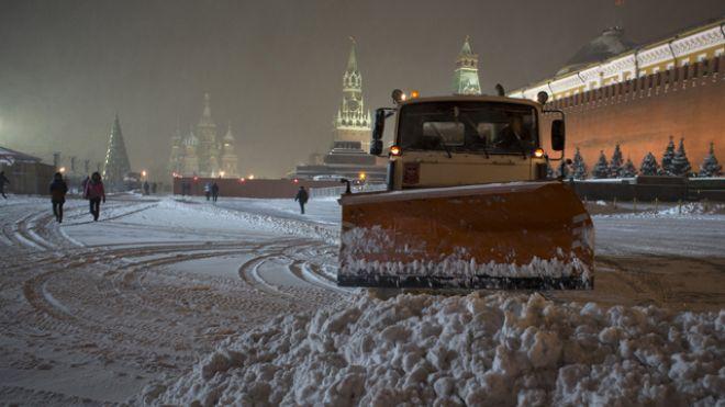 30 ноября 2012 года, Москва. Продолжение снегопада и усиление порывистого ветра, образованием гололедицы ждет жителей Московского региона.