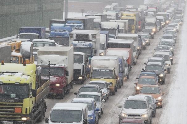 В Москву придет похолодание, в связи с этим власти Москвы просят водителей воздержаться от поездок и пользоваться общественным транспортом из за опасного гололеда после оттепели