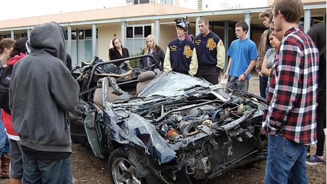 17-ти летний подросток чудом выжил в страшной аварии, в которой он упал на автомобили с отвесного обрыва, с высоты более 60 метров.