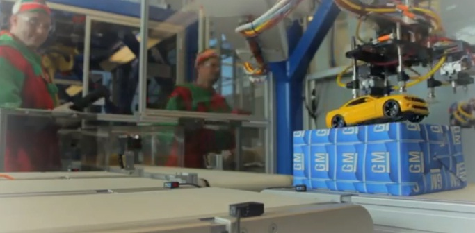 Компания General Motors c помощью роботов, которые в обычные дни собирают автомобили, настроила роботов для сборки подарков детям в канун Рождества.