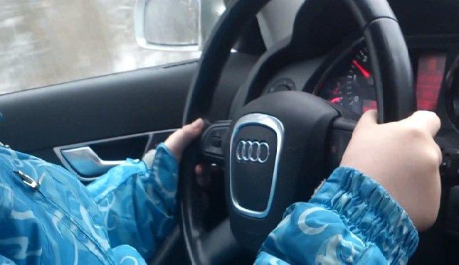 ГИБДД Санкт-Петербурга установило отца 8-ми летней девочки, которую он посадил за руль автомобиля