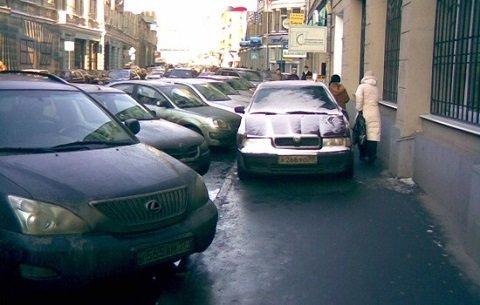 Место машин на дороге, а не на тротуаре
