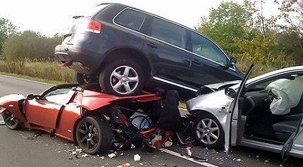 Два примера непомерных амбиций, неумения и глупости водителей за рулем автомобиля