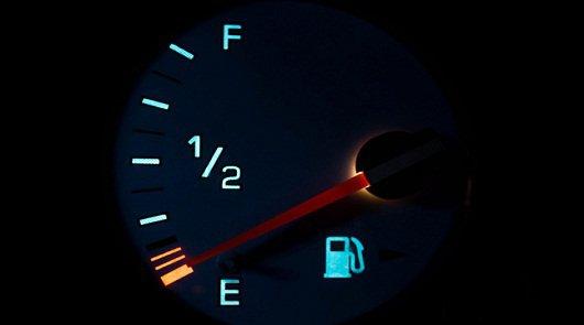 сколько бензина остается в баке когда загорается лампочка киа рио