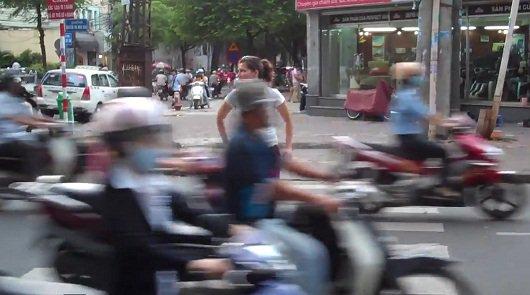 Попытка перейти улицу во Вьетнаме