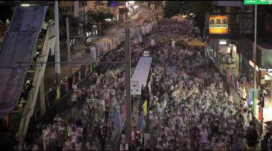 Бесконечные потоки людей на улицах в Гонконга [видео]