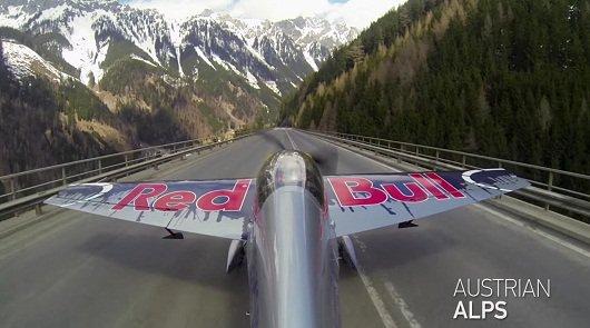 Пилот самолета взлетает с автомобильной трассы, чтобы сделать удивительные трюки