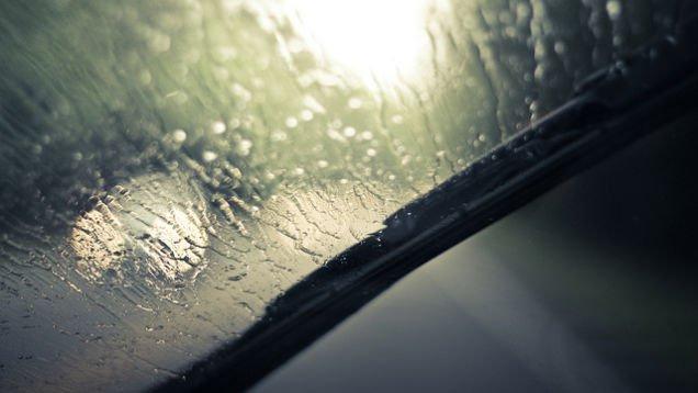 Одевайте солнцезащитные очки, чтобы лучше видеть дорогу в дождь