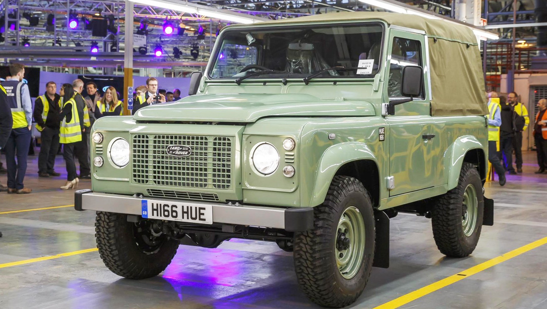 Последний экземпляр Land Rover Defender сошел с конвейера завода фото