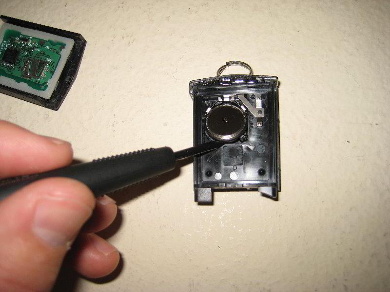 Как заменить батарейку в ключе мазда 3 видео