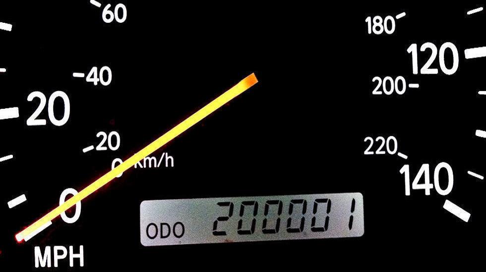 Каких автомобилей с пробегом более 300 тыс. км. больше на дорогах