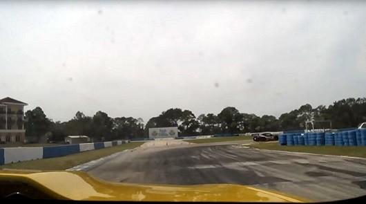 Гонщик на трассе Sebring пробил металлические ворота
