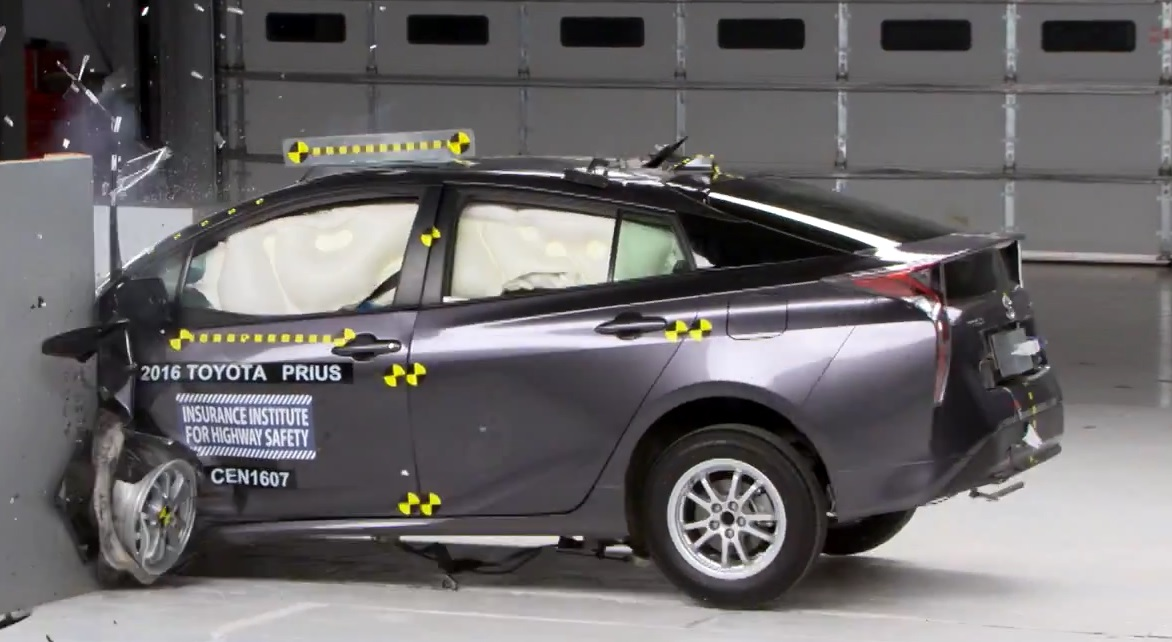 2016 Toyota Prius получила высокую награду Top Safety Pick Plus от IIHS [Видео]