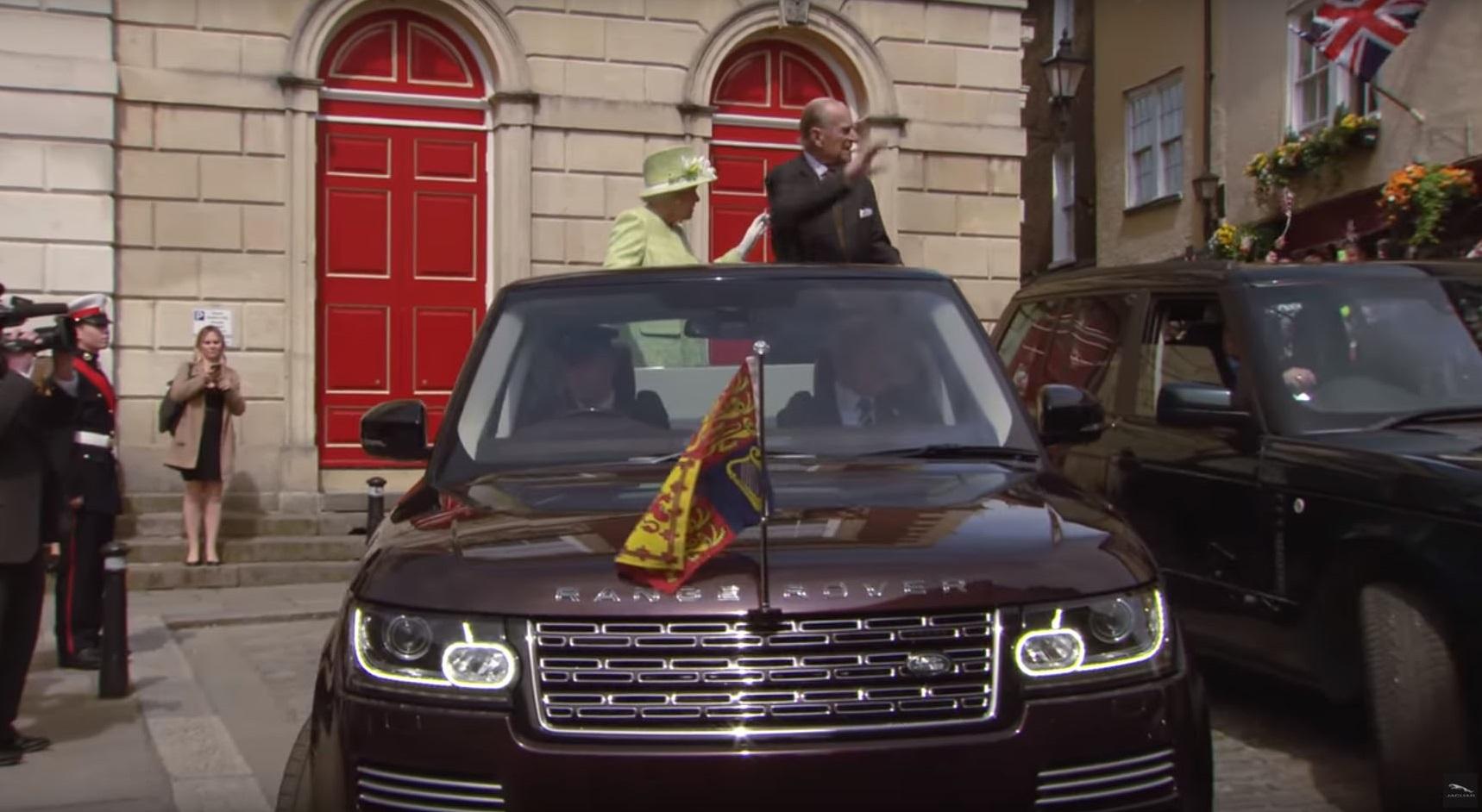 Королева Елизавета II отметила свой 90-й День рождения поездкой на кабриолете Range Rover