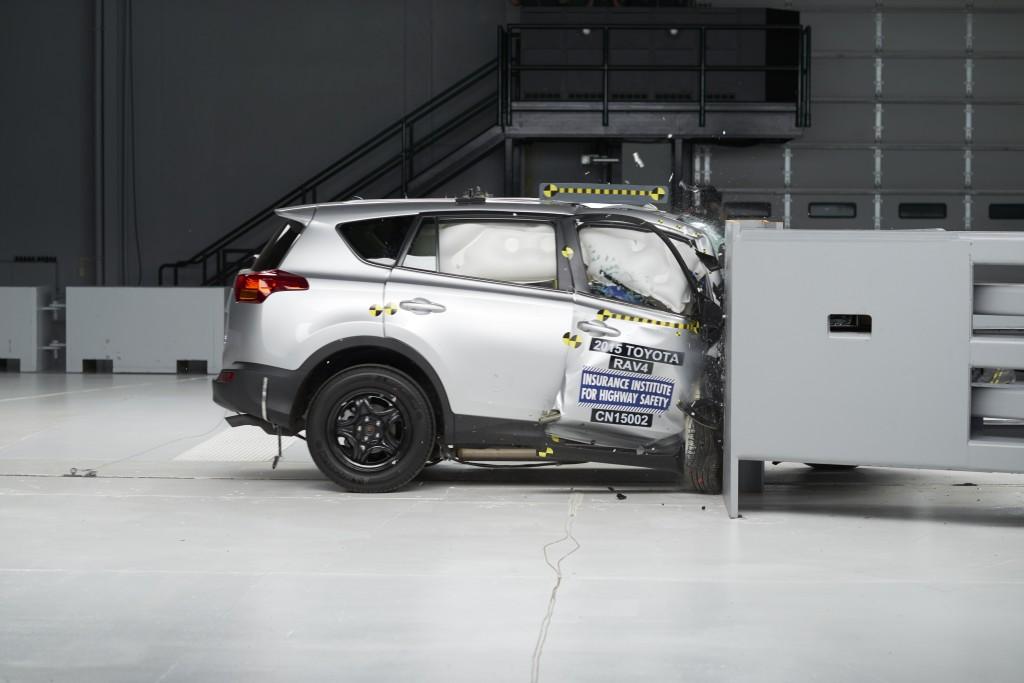 2015 Toyota RAV4 провалила краш-тест