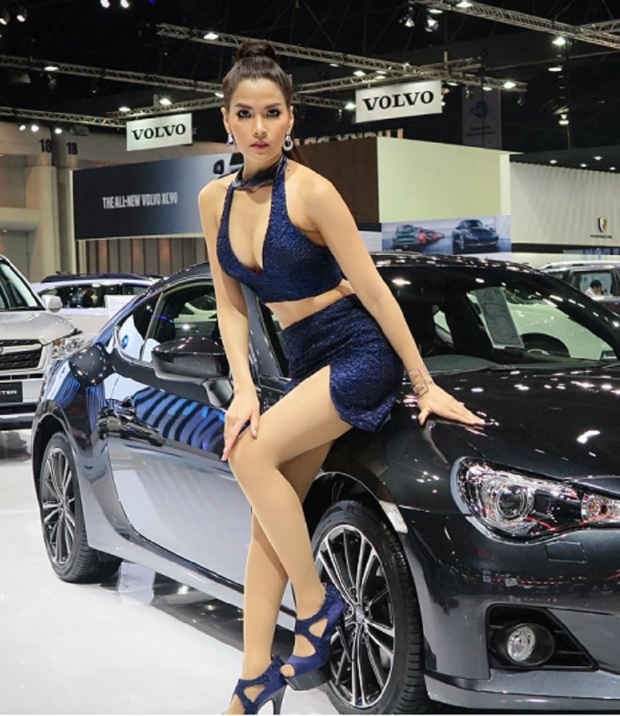 Фотосессия сексуальной блондинки на фоне спортивного авто