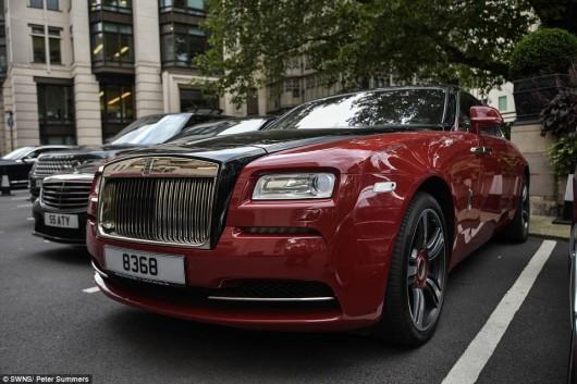 Улицы Лондона заполонили дорогие суперкары