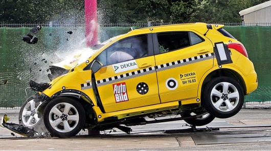 Краш-тест на скорости 80 км/ч: Автомобиль против дерева