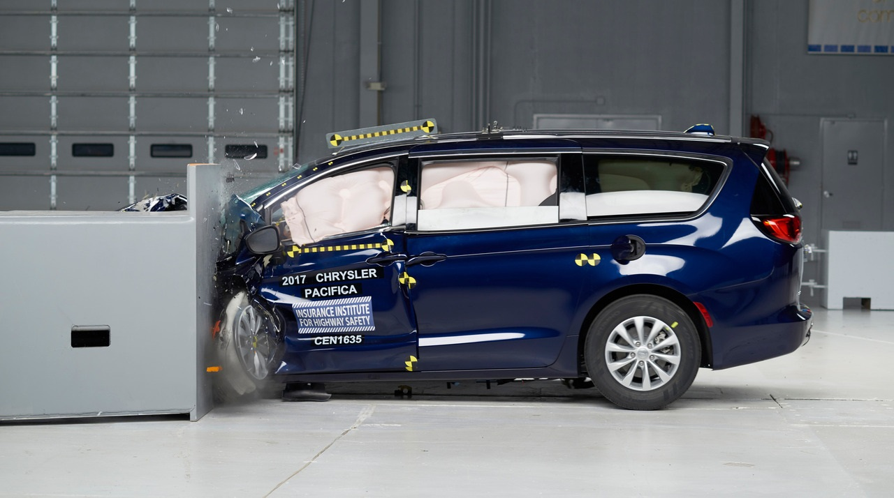 Chrysler Pacifica- первый минивен получивший награду 2016 Top Safety Pick+ фото