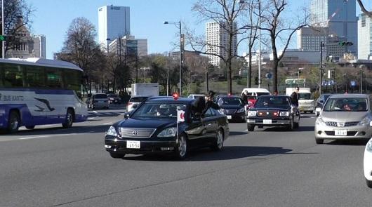 Кортеж премьер-министра Японии выезжает на дорогу, вот бы у нас так