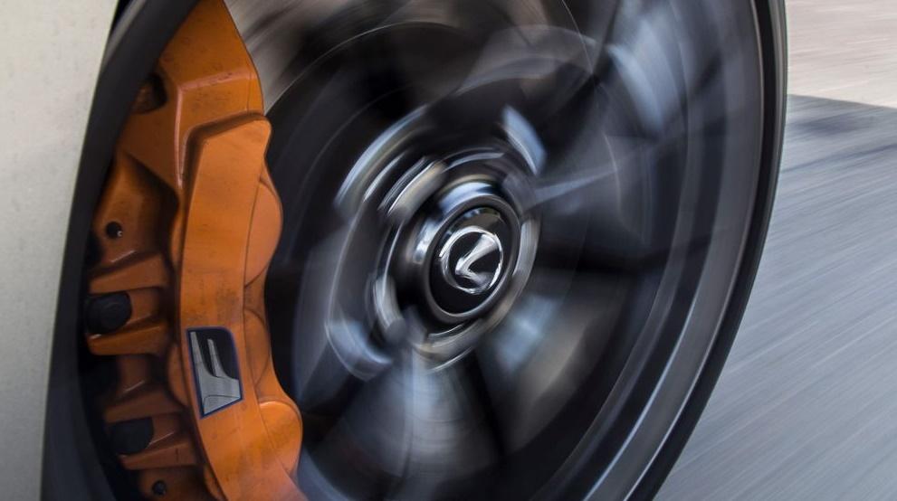 Оптическая иллюзия вращения автомобильных колес.