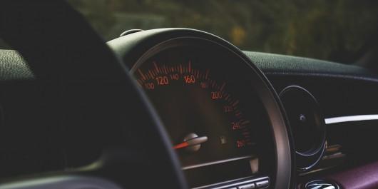 При какой максимальной скорости разгона автомобиля с 0-100 км/ч может выжить водитель