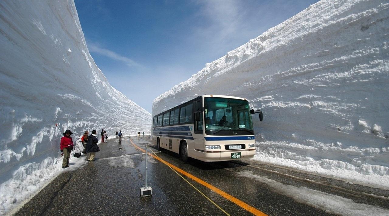 Как японские дорожные службы убирают снег на горе Татэяма
