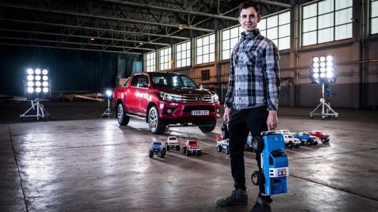 Сколько радиоуправляемых игрушечных машин нужно чтобы отбуксировать Toyota Hilux? | Видео