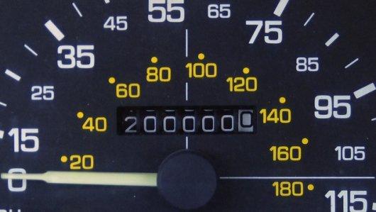Километраж в машине показывает