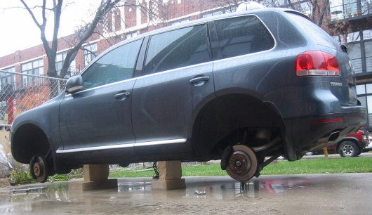 Зачем похитители колес вспарывают крыло на Лада Веста?