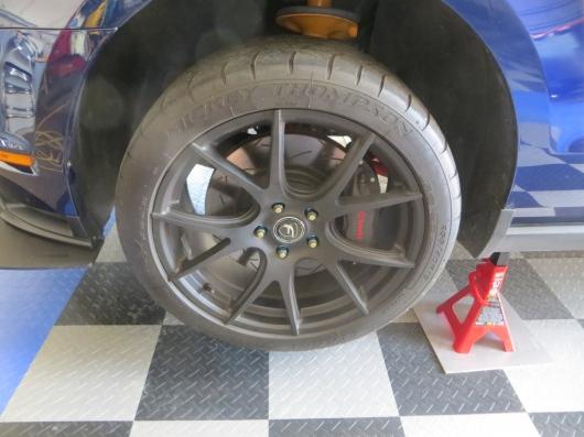 Колесные шпильки против колесных болтов: в чем разница?