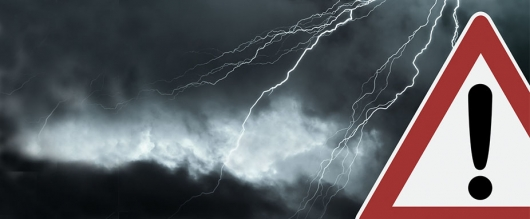 Молния: Правильное поведение водителя во время грозы