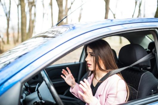 Можно ли сажать человека без прав, пока толкаешь машину?