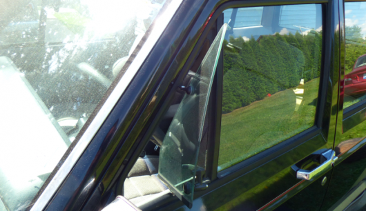 Зачем были нужны небольшие форточки на передних стеклах автомобилей?
