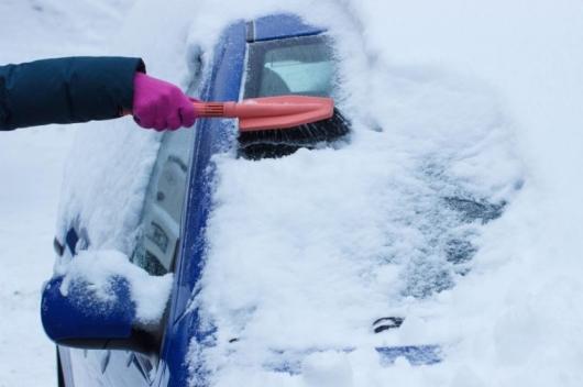 Это самый безопасный (и самый быстрый!) способ убрать снег c вашего автомобиля