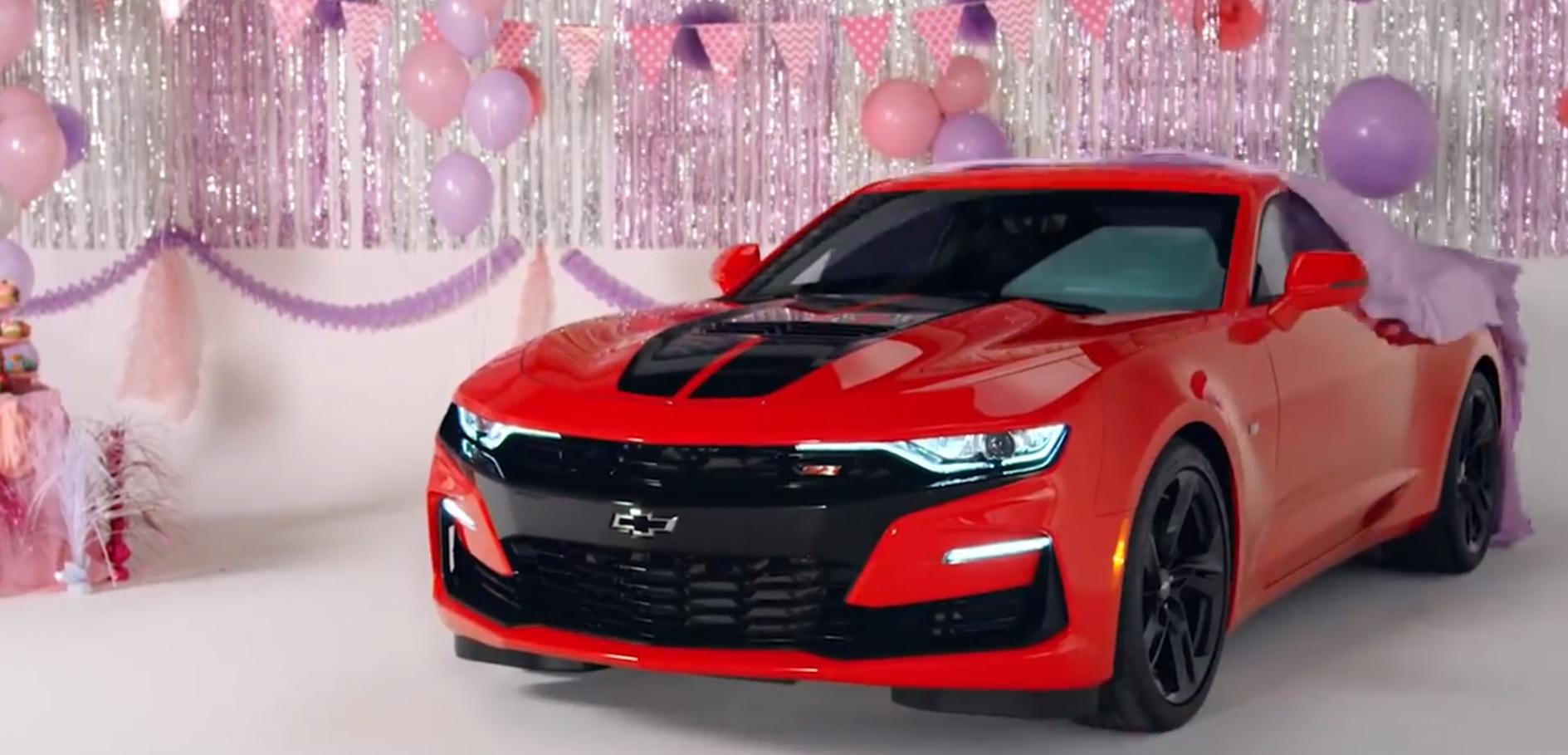 Компания Chevrolet дерзко поздравила Ford Mustang с юбилеем