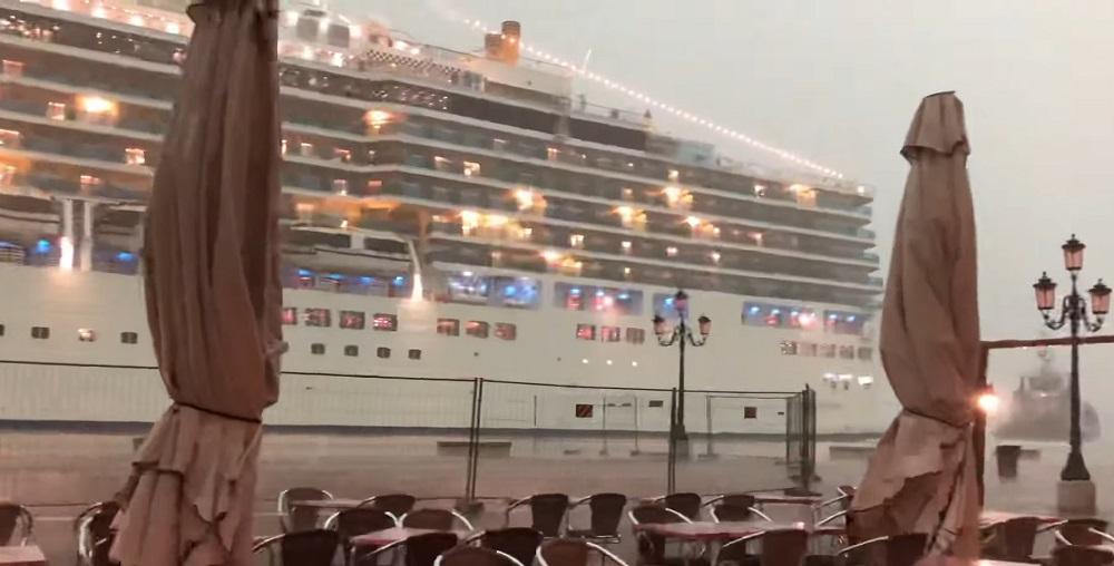 Огромный океанский лайнер опасно швартуется в Венеции: что случилось после (видео)